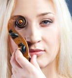 Retrato de uma mulher bonita com violine Imagens de Stock