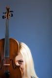 Retrato de uma mulher bonita com violine Fotos de Stock Royalty Free