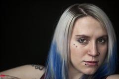 Jovem mulher bonita com cabelo azul foto de stock