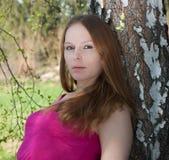 Retrato de uma mulher bonita em torno do vidoeiro. Fotos de Stock Royalty Free