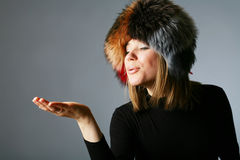 Retrato de uma mulher bonita em um chapéu forrado a pele Fotografia de Stock Royalty Free