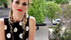 Retrato de uma mulher bonita em um vestido com tranças longas vídeos de arquivo