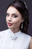 Retrato de uma mulher bonita em um vestido de casamento na imagem da noiva Face da beleza fotografia de stock