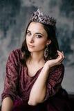 Retrato de uma mulher bonita em uma imagem da rainha Foto de Stock Royalty Free