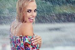 Retrato de uma mulher bonita na chuva foto de stock royalty free