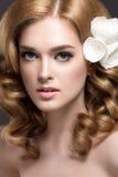 Retrato de uma mulher bonita na imagem da noiva com as flores em seu cabelo Face da beleza Imagens de Stock Royalty Free