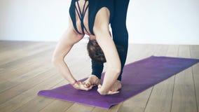 Retrato de uma mulher bonita na ioga fazendo preta dentro, perto acima vídeos de arquivo