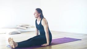 Retrato de uma mulher bonita na ioga fazendo preta dentro, perto acima video estoque