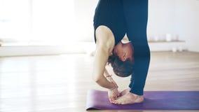 Retrato de uma mulher bonita na ioga fazendo preta dentro, veiw lateral filme