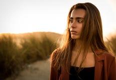 Retrato de uma mulher bonita na praia Fotografia de Stock Royalty Free