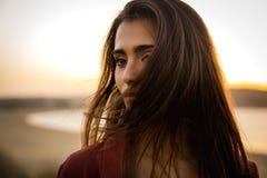 Retrato de uma mulher bonita na praia Fotos de Stock Royalty Free