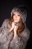Retrato de uma mulher bonita nas peles Fotos de Stock Royalty Free