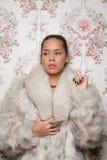 Retrato de uma mulher bonita no casaco de pele fotos de stock