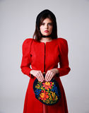 Retrato de uma mulher bonita no vestido vermelho Fotos de Stock