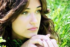 Retrato de uma mulher bonita nova imagens de stock