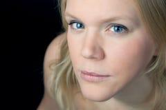 Retrato de uma mulher bonita nova Fotografia de Stock Royalty Free