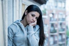Retrato de uma mulher bonita nova com a depressão que olha infeliz e impossível em um balcão fotos de stock