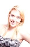 Retrato de uma mulher bonita nova que olha para você com um sorriso Imagens de Stock Royalty Free