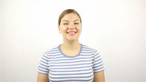 Retrato de uma mulher bonita nova Sorriso olhando a câmera Close-up vídeos de arquivo
