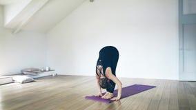 Retrato de uma mulher bonita que faz a ioga dentro filme