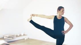 Retrato de uma mulher bonita que faz a ioga dentro vídeos de arquivo