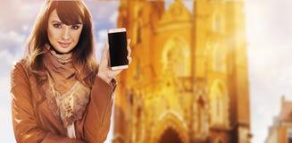 Retrato de uma mulher bonita que guarda um smartphone Foto de Stock
