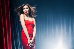 Mulher bonita que levanta na frente das cenas Fotografia de Stock Royalty Free