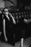 Retrato de uma mulher bonita que sorri sorriso consideravelmente feliz, óculos de sol vestindo Estilo da forma Fotografia de Stock Royalty Free