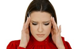Retrato de uma mulher bonita que tem a dor de cabeça, dor da enxaqueca foto de stock