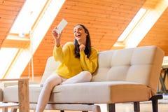 Retrato de uma mulher bonita que toma a uma foto do selfie ao phon Foto de Stock