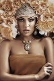 Retrato de uma mulher bonita que veste um chapéu da flor Fotografia de Stock Royalty Free
