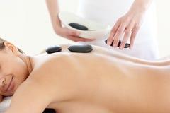 Retrato de uma mulher bonito que tem uma massagem imagens de stock