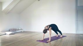 Retrato de uma mulher branca bonita que faz a ioga dentro vídeos de arquivo