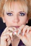 Retrato de uma mulher com bolhas de sabão imagem de stock