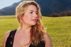 Retrato de uma mulher com cabelo louro longo e desproporcionado Imagens de Stock Royalty Free