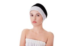 Retrato de uma mulher com a faixa branca na cabeça Fotografia de Stock Royalty Free