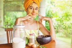 Retrato de uma mulher com máscara natural em sua cara fotos de stock royalty free