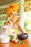 Retrato de uma mulher com máscara natural em sua cara imagens de stock royalty free
