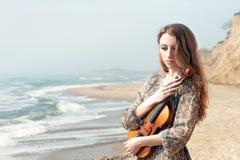 Retrato de uma mulher com o violino ao ar livre imagens de stock