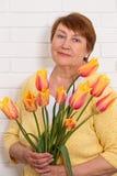 Retrato de uma mulher com tulipas Fotos de Stock