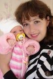Retrato de uma mulher com um bebê Imagens de Stock