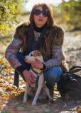 Retrato de uma mulher com um cão Imagem de Stock Royalty Free