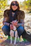 Retrato de uma mulher com um cão Imagens de Stock Royalty Free
