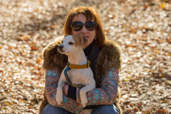 Retrato de uma mulher com um cão Fotografia de Stock Royalty Free