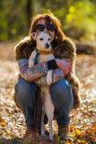 Retrato de uma mulher com um cão Foto de Stock
