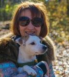 Retrato de uma mulher com um cão Fotos de Stock