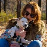 Retrato de uma mulher com um cão Imagens de Stock