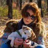 Retrato de uma mulher com um cão Foto de Stock Royalty Free