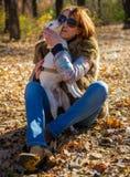 Retrato de uma mulher com um cão Fotografia de Stock