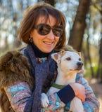 Retrato de uma mulher com um cão Fotos de Stock Royalty Free